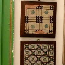 These two tiles were made in the early 1800's. They look so modern and 'graphic' to me.